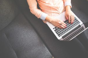 Korzystanie z laptopa podczas pracy jest coraz częściej widziane w wielu branżach