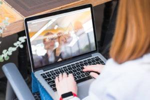 Dobry laptop to taki, który poza świetną mobilnością i niesłychaną poręcznością może pochwalić się także topową specyfikacją, która pozwoli mu na sprostanie wymaganiom pracy w różnych warunkach, często stresujących